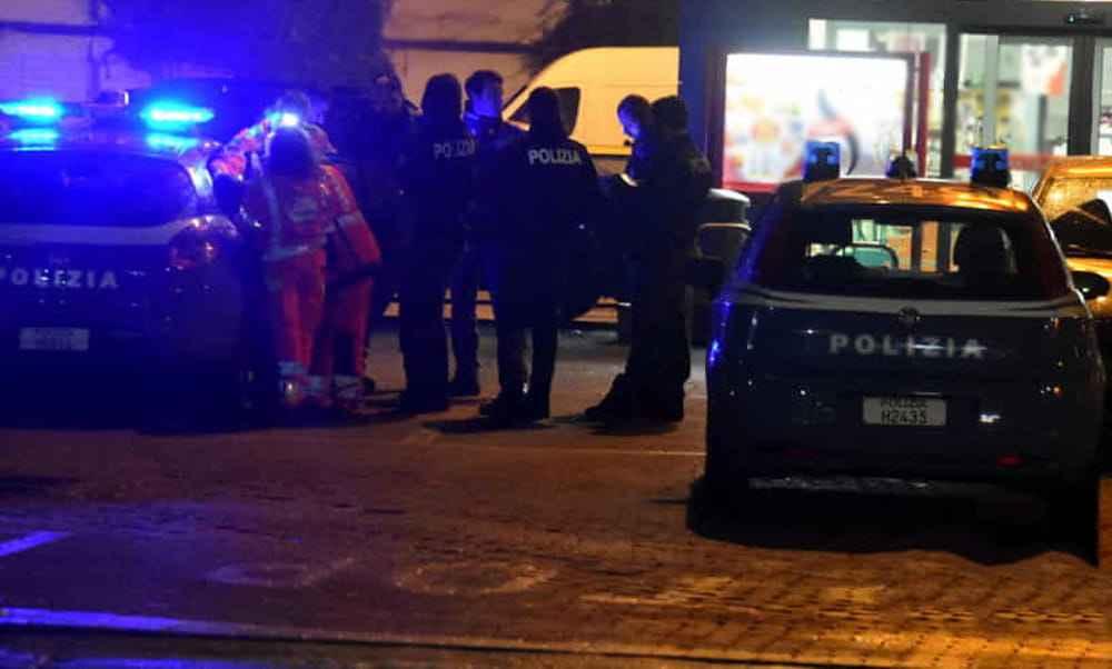 Cascina in fiamme in strada Caorsana, i poliziotti salvano due senzatetto