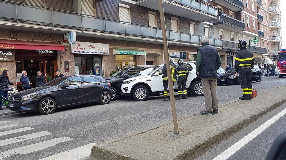Perde il controllo in via Genova e travolge le auto in sosta – FOTO