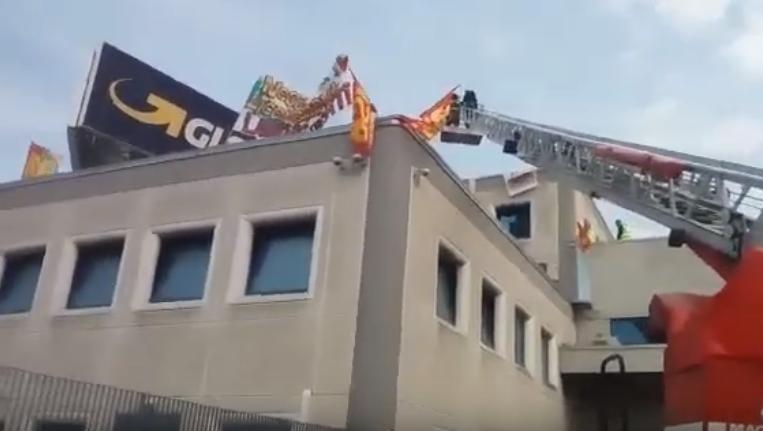 """Gls, facchini in protesta sul tetto dell'azienda: """"Licenziamenti ingiusti"""" – VIDEO"""