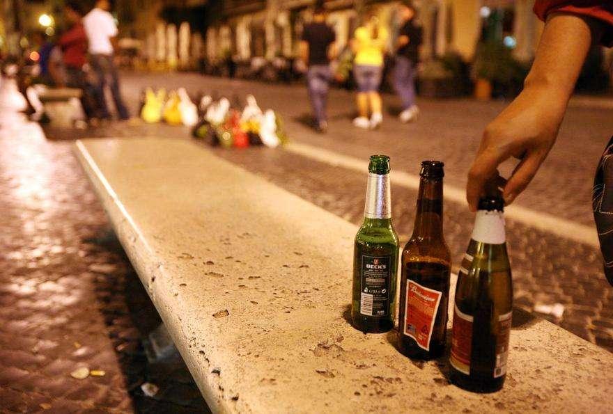 Manifestazioni e feste, divieto per bevande in contenitori di vetro e lattine