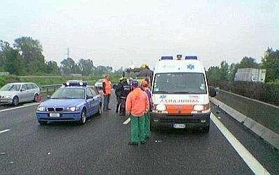 Col tir sfonda il guardrail dell'autostrada e precipita dal cavalcavia, grave